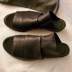 LD Tuttle Handmade Lambskin Black Slides. Size 6.5